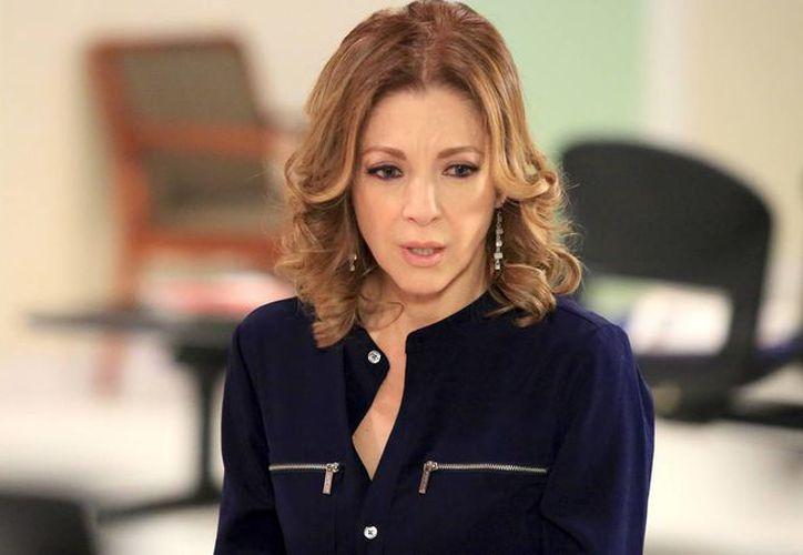La actriz Edith González reveló que fue sometida a una cirugía para erradicar unos tejidos cancerosos, luego de sufrir fuertes dolores en la base abdominal. (telemundo.com)