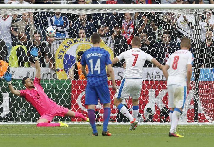 El jugador checo, Tomas Necid, segundo desde la derecha, anotó el segundo gol de su equipo durante el partido de fútbol del Grupo D de la Euro 2016, entre la República Checa y Croacia en el estadio Geoffroy Guichard de Saint-Etienne, Francia, este viernes. (Foto AP / Darko Bandic)