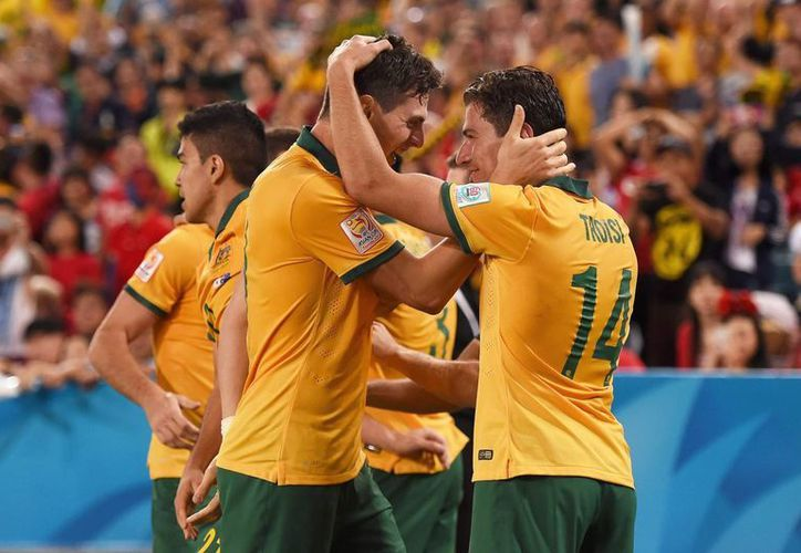 En la final de la Copa de Asia el australiano Massimo Luongo abrió el marcador, pero Heung-Min Son logró empatar en el minuto 91. Ya en el tiempo extra, en un rechace, James Troisi marcó la diferencia. (EFE)