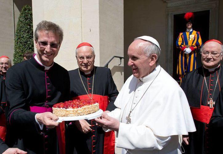 Francisco y los cardenales salieron al patio de San Dámaso, donde la banda de la Guardia Suiza dio un pastel al Papa. (Agencias)