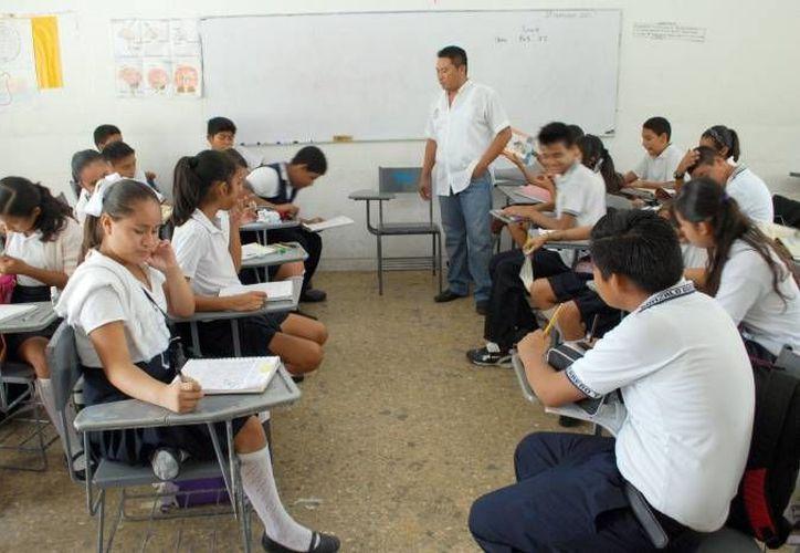 La evaluación del desempeño a los maestros es obligatoria y constituye un aspecto fundamental en el programa de Promoción en la Función por Incentivos. Imagen de un maestros mientras da clase. (Archivo/SIPSE)