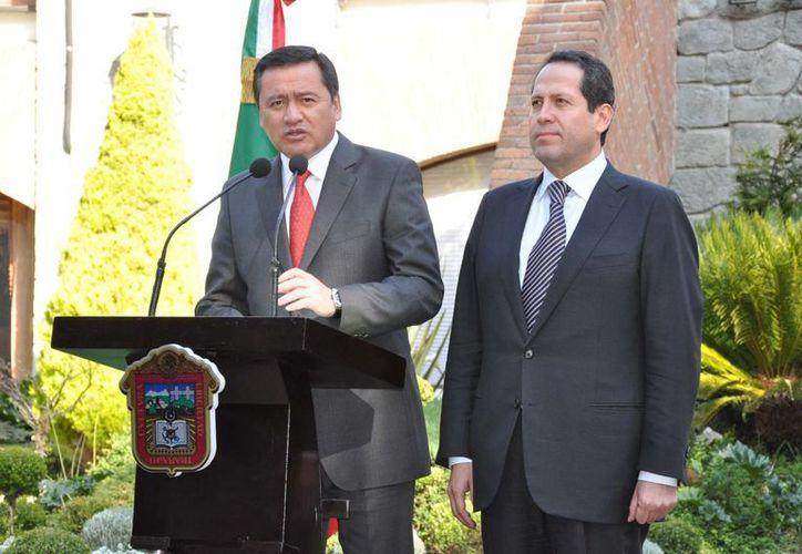 El secretario de Gobernación, Miguel Osorio Chong, en conferencia de prensa en la Casa de Gobierno del Estado de México, acompañado por el gobernador mexiquense, Eruviel Ávila Villegas. (Notimex)
