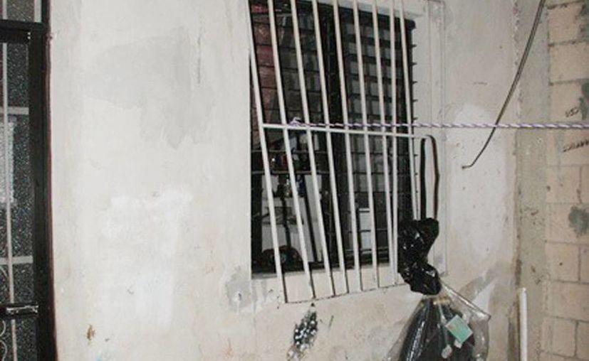 Los ladrones forzaron un protector de la parte trasera de una farmacia para entrar a robar. (Milenio Novedades)