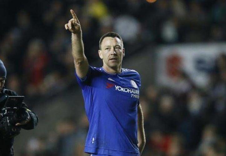 John Terry dio muestras de su bondad al hacerse cargo de los funerales de un aficionado del Chelsea que conoció en 2015. (Archivo AP)