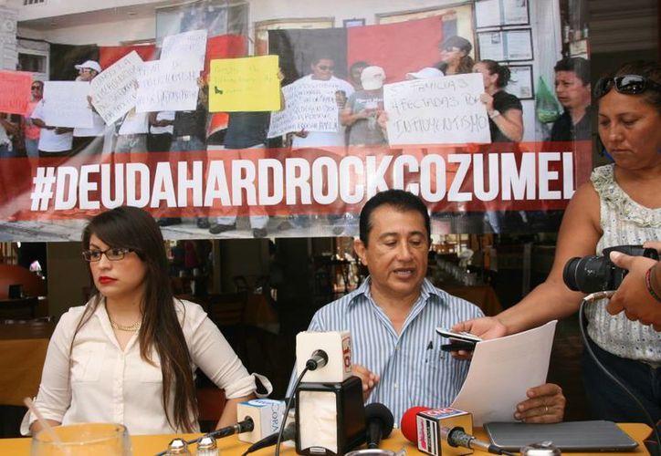 En rueda de prensa y con el hashtag #DuedaHardRockCozumel, informaron sobre detalles sobre la falta de liquidación de los empleados. (Irving Canul/SIPSE)