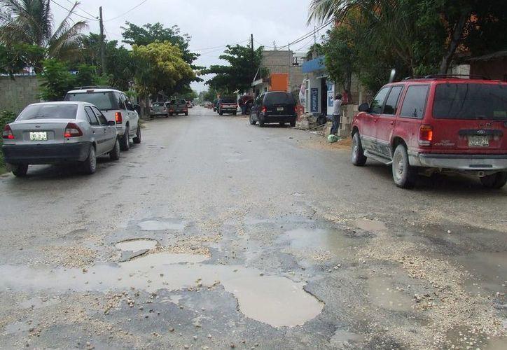 Manifiestan que existen montones de escombros regados, alumbrado público en mal estado y calles por reparar. (Rossy López/SIPSE)