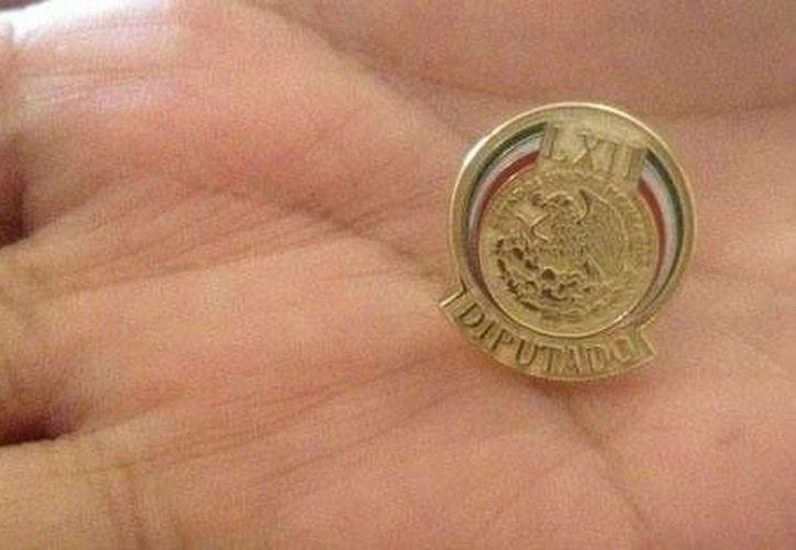 El distintivo entregado a los legisladores. (Foto: excelsior.com.mx)