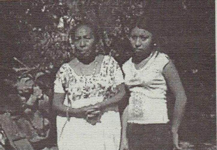 """Dalia May Fuentes (i) y su madre, doña Teresa Fuentes. La foto fue tomada en el año 2004, días después que la joven viera al """"ser maligno"""". (Jorge Moreno/SIPSE)"""