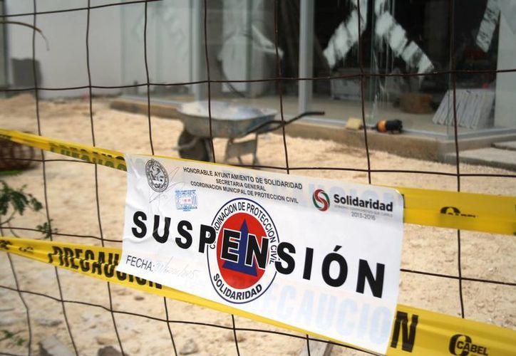 La construcción en donde el sábado fueron hallados sin vida dos albañiles, fue suspendida por Protección Civil. (Octavio Martínez/SIPSE)