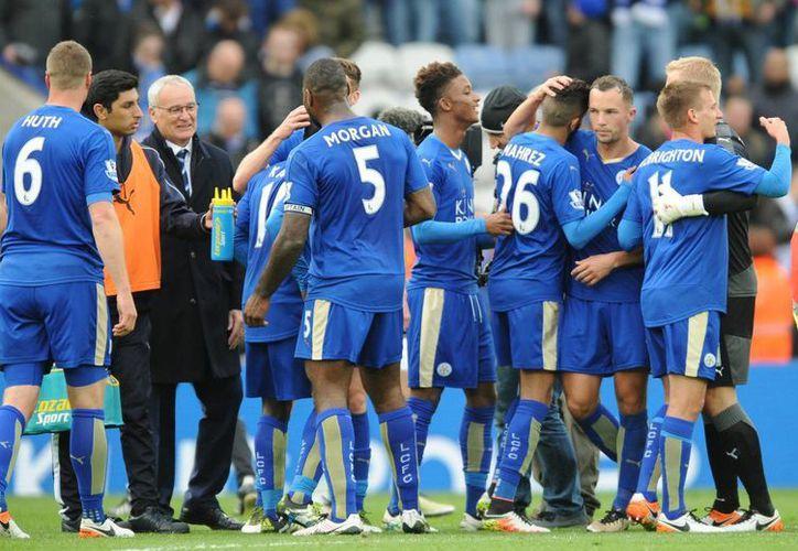 Si el Leicester vence al Manchester United el próximo domingo, la Premier League tendrá un nuevo campeón y nuevos héroes. (AP)
