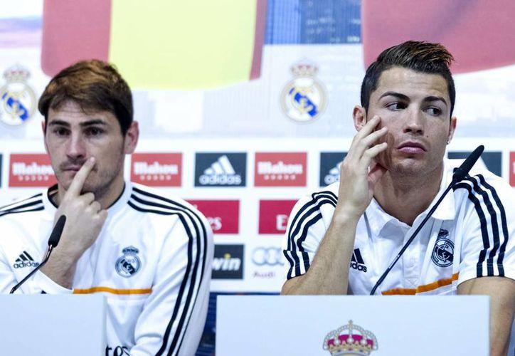 Cristiano, que aparece junto a Iker Casillas, dijo que ahora está concentrado en dar lo mejor para el Real Madrid. (EFE)