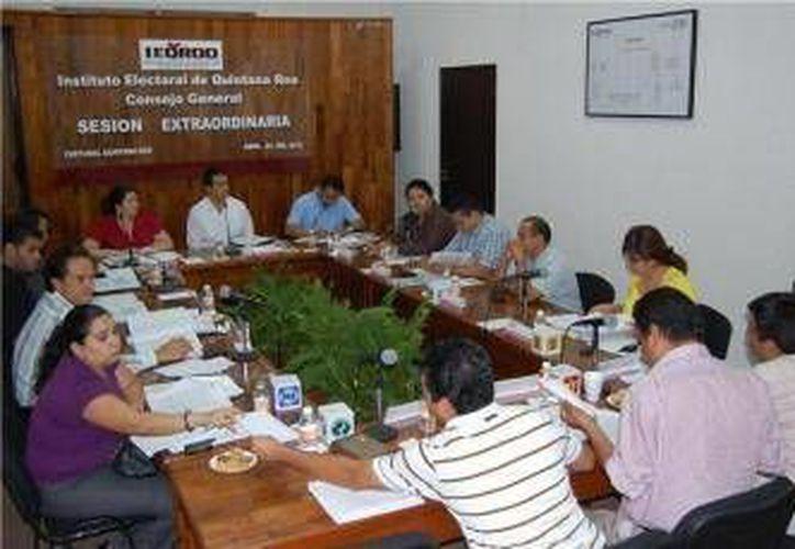 En la imagen, el Consejo General del Ieqroo en sesión para acatar el mandato del Tepjf. (Redacción/SIPSE)