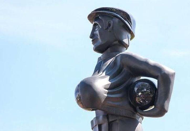 La figura del personaje protagonizado por Roberto Gómez Bolaños se encuentra a un lado de la cancha centenario del Club América.(Club América)