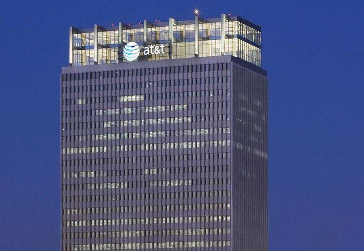 AT&T, cuyo edificio central aparece en la imagen, adquirió DirecTV por 49 mil millones de dólares. (Archivo/AP)
