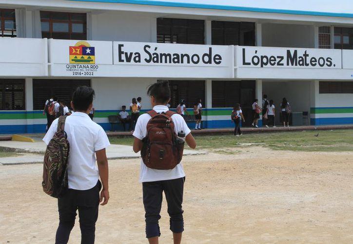 El 50% de los más de 900 alumnos matriculados en las dos escuelas que hay en la entidad, trabajan y estudian. (Joel Zamora/SIPSE)