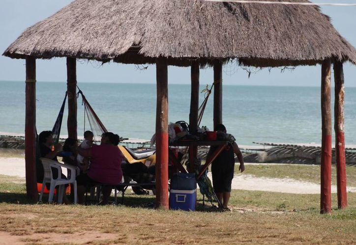 La playa artificial es muy concurrida por los chetumaleños y turistas. (Harold Alcocer/SIPSE)