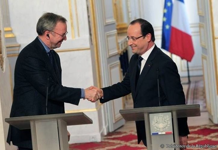 El número uno de Google, Eric Schmidt, junto al presidente Hollande tras la firma del acuerdo. (elysee.fr)