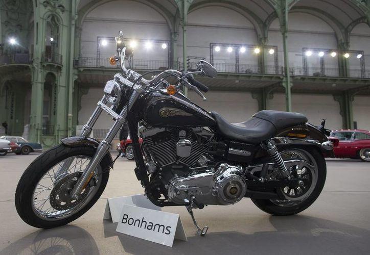 Esta es la Harley Davidson Dyna Super Glide 2013, que fue un regalo de la marca de motos al papa Francisco para celebrar el 110º aniversario de la firma, expuesta para la próxima subasta de coches clásicos organizada por la casa  Bonhams en París. (EFE)