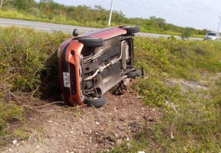 El conductor del auto resultó ileso, sólo con golpes leves. (Óscar Pérez/SIPSE)