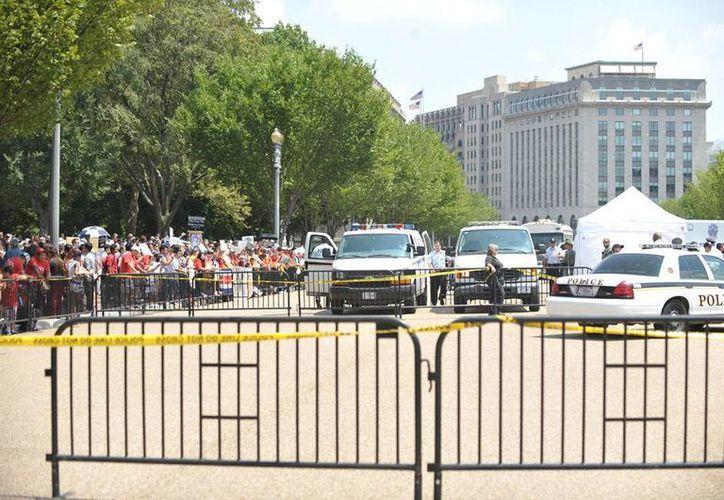 El cuerpo de seguridad de la Casa Blanca cerró los accesos al edificio principal, tras la detección un auto sospechoso. La imagen no corresponde al hecho: se trata de manifestantes a quienes les fue cerrado el paso a la sede del Gobierno de EU, en días pasados, por manifestarse a favor de los migrantes. (NTX/Archivo)