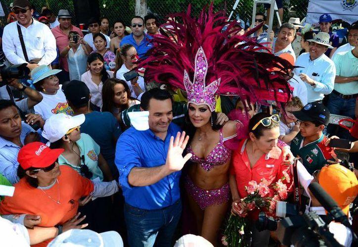 El alcalde de Mérida, Renán Barrera Concha, informó que un balance preliminar arrojó que 800 mil personas se dieron cita en Plaza Carnaval 2014. (Luis Pérez/SIPSE)