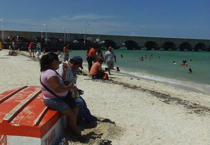 """Un mar tranquilo fue escenario ideal para el """"relax"""" de turistas locales y nacionales. (Manuel Pool/SIPSE)"""