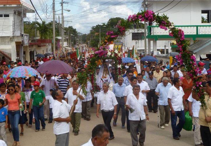 Los feligreses recorrieron las principales avenidas de la ciudad. (Raúl Balam/SIPSE)