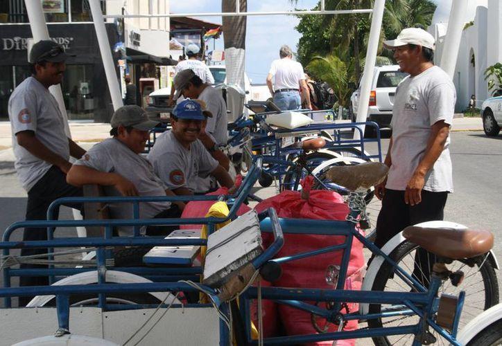 Los 52 tricicleros asociados quieren tener autorización para dar servicio de traslado de personas. (Octavio Martínez/SIPSE)