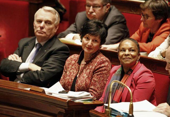 La primera ministra Jean Marc Ayrault (i) encabeza la votación sobre el matromonio homosexual en la Asamblea Nacional en París. (Agencias)