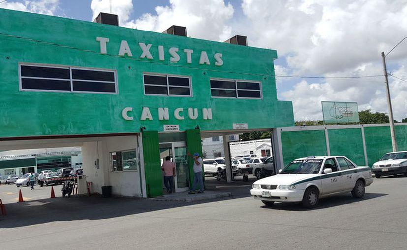 Los vehículos fueron rotulados y reparados en los talleres del sindicato de taxistas. (Jesús Tijerina/SIPSE)