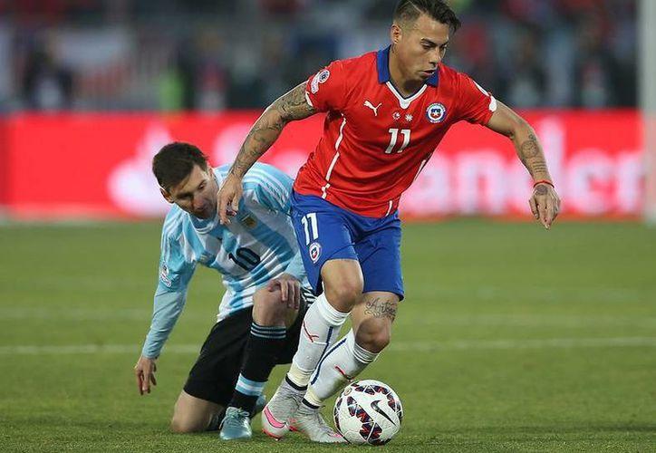 Apenas el pasado viernes, Tigres hizo oficial la compra millonaria del del futbolista chileno Eduardo Vargas.(Archivo/AP)