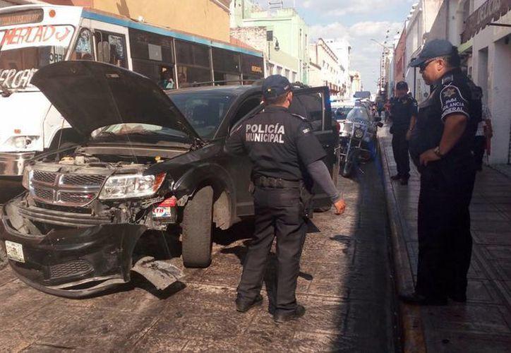 Tres vehículos resultaron dañados en la carambola originada por una carroza fúnebre. (Milenio Novedades)