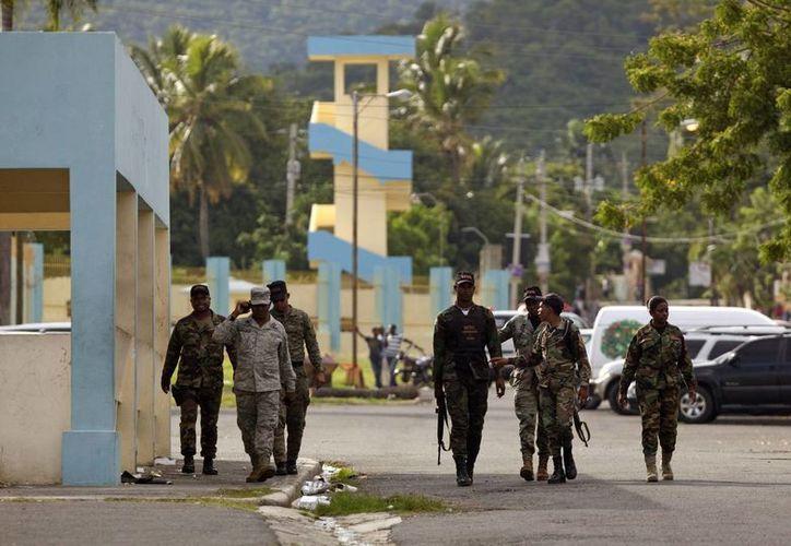 Policías vigilan, este 24 de octubre, en la cárcel de Najayo en San Cristóbal, República Dominicana, donde se dio el intento de rescate de reos. (EFE)