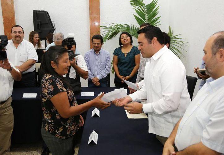 Geidy Segovia May recibe el apoyo de manos del alcalde Renán Barrera. (Cortesía)