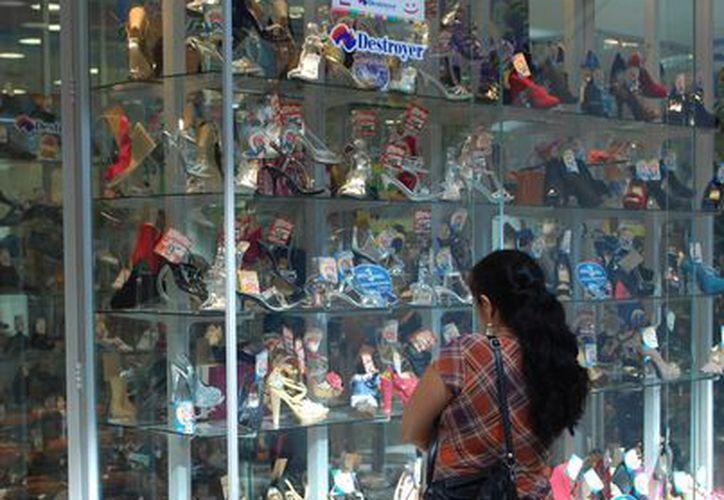 Piden a la ciudadanía a no realizar compras innecesarias que laceren la economía familiar. (Tomás Álvarez/SIPSE)