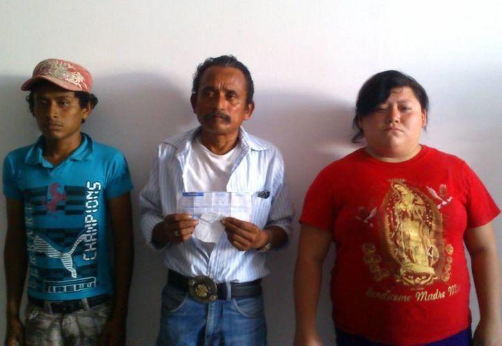 José Jiménez, Natalicio Jiménez y Beatriz Russel con el pagaré falso. (Cortesía)