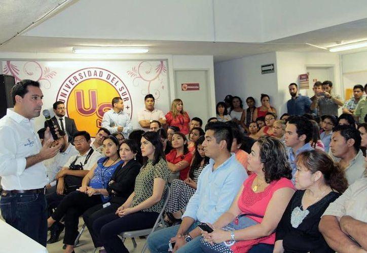 Mauricio Vila Dosal detalló su proyecto de transporte para Mérida a alumnos de la Universidad del Sur. (Milenio Novedades)