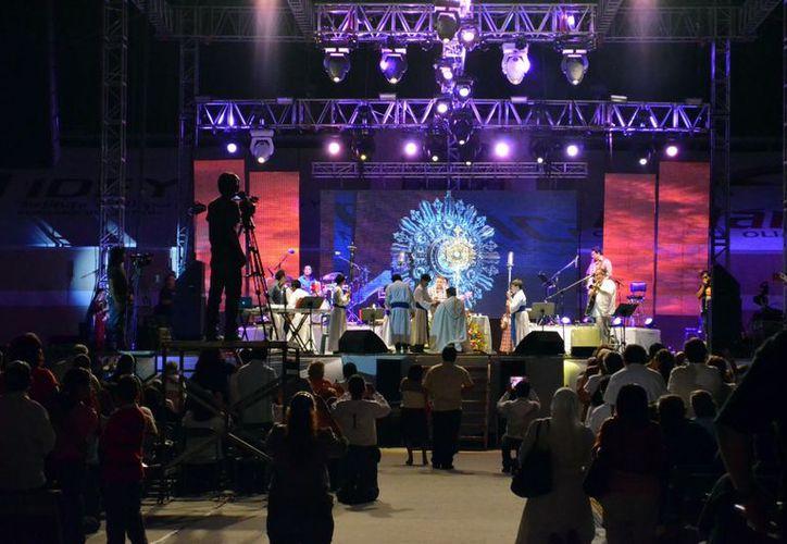 Juegos de luces y sonidos dieron realce al concierto católico. (Theani Ruz/SIPSE)