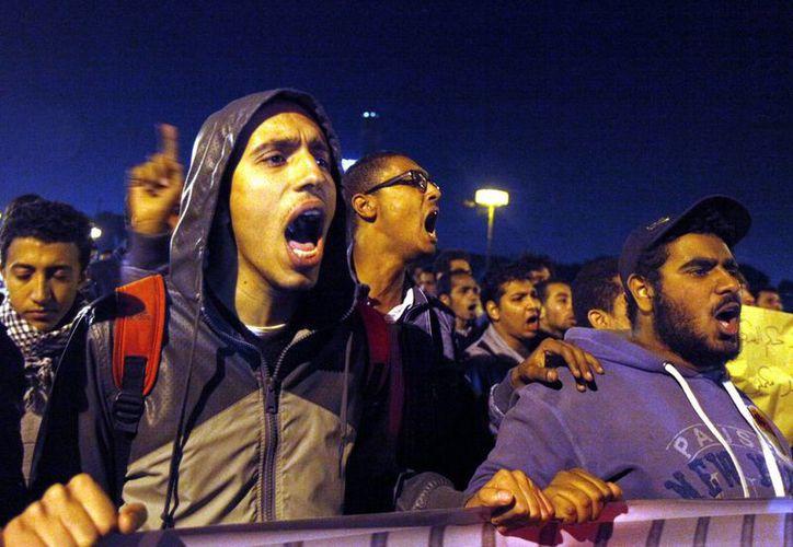 Miembros del Movimiento Juvenil gritan consignas durante las protestas contra el gobierno en El Cairo, Egipto(Agencias).