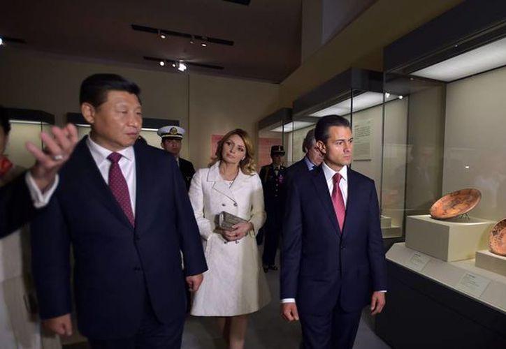 """Acompañados de sus esposas, los presidentes de México, Enrique Peña Nieto, y de China, Xi Jinping, inauguraron hoy la exposición """"Mayas: El Lenguaje de la Belleza"""". (Notimex)"""