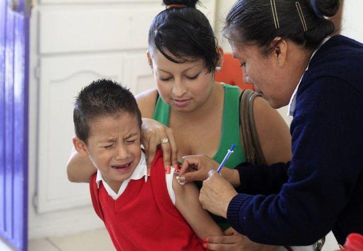 29 menores se encuentran hospitalizados por reacciones adversas a la aplicación de las vacunas. (Archivo/Notimex)