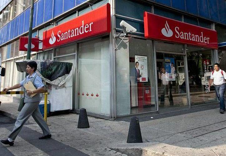 Santander es la institución que más comisión cobra a los clientes de otros bancos que utilizan sus cajeros. (businessweek.com)