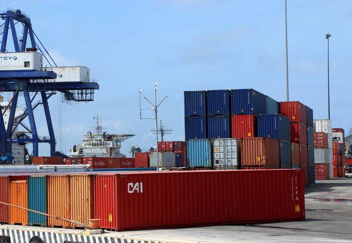 Crecen las importanciones y exportaciones en el puerto de altura. Imagen de un grupo de contenedores en la zona de carga y descarga en la termina remota. (Milenio Novedades)