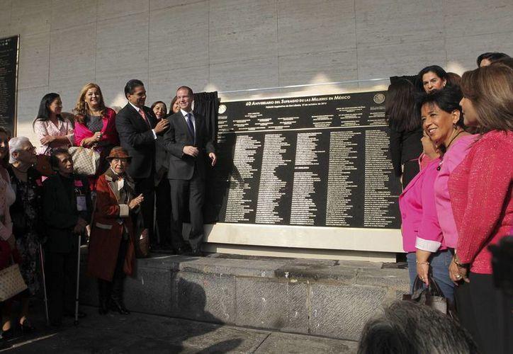 Silvano Aureoles, presidente de la Junta de Coordinación Política y Ricardo Anaya, presidente de la Meza Directiva de la Cámara de Diputados, durante la develación de la placa conmemorativa por el 60 aniversario de sufragio de la mujer en México. (Notimex)