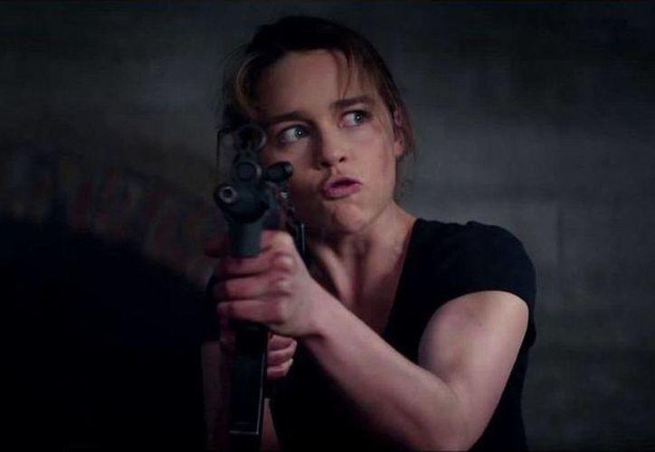 Emilia Clarke protagoniza la más reciente película Terminator Genisys. En la foto, durante una escena de la misma. (apnatimepass.com)