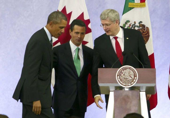 Los presidentes de México y Estados Unidos, Enrique Peña Nieto y Barack Obama, respectivamente, así como el primer ministro de Canadá, Stephen Harper, durante la Cumbre. (Notimex)
