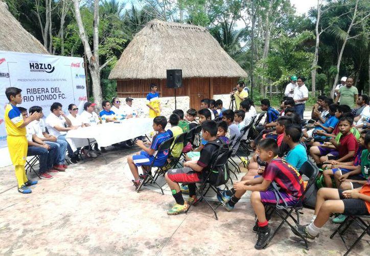 Realizaron la presentación de los equipos de fútbol en el balneario de la comunidad de Álvaro Obregón. (Miguel Maldonado/SIPSE)