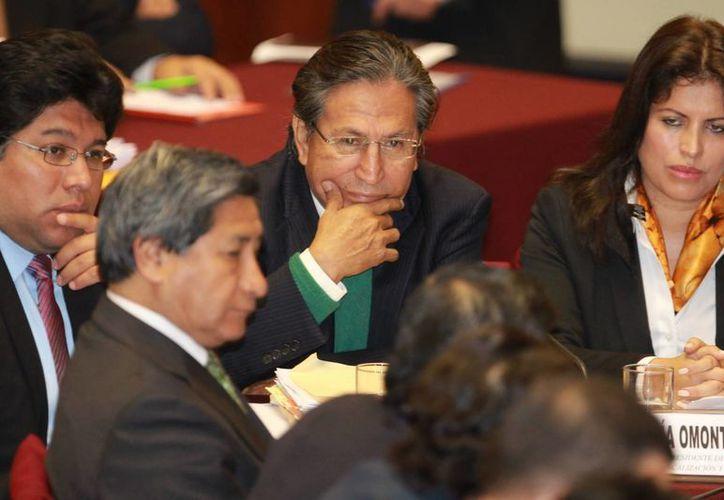 Alejandro Toledo (c) fue captado al asistir a la Comisión de Fiscalización del Congreso, en Lima, Perú. (EFE)