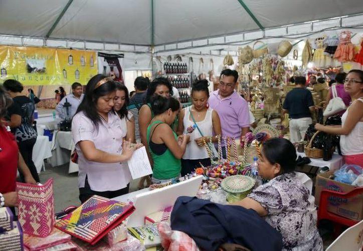 De acuerdo a la dirección de Turismo de Mérida, una de las razones que ha atraído a muchos visitantes es la Feria Artesanal Tunich 2015. (SIPSE)