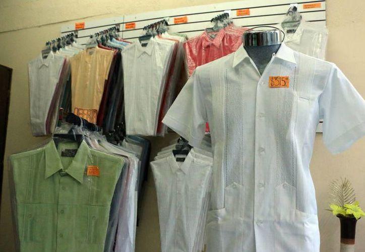 Los asistentes al evento podrán adquirir guayaberas desde 150 pesos, con diferentes promociones. (Foto: Milenio Novedades)
